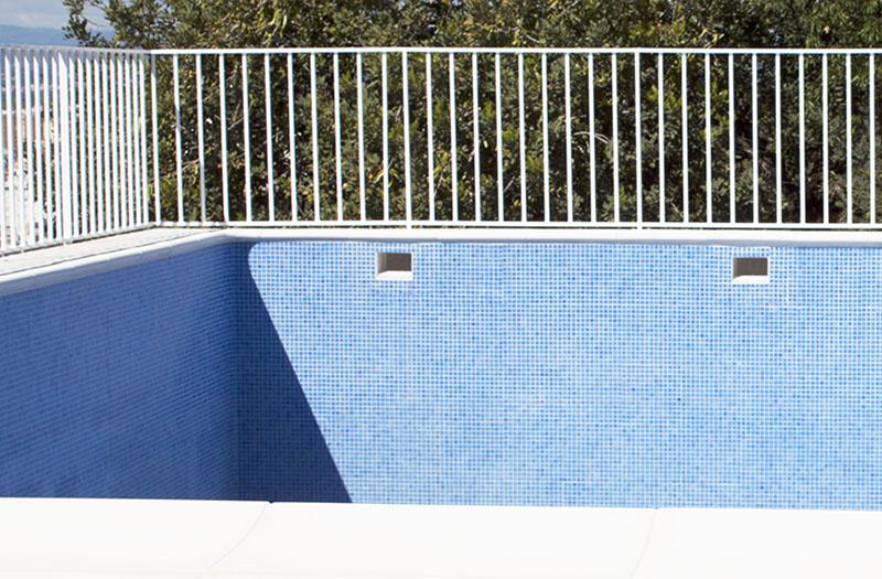 Cómo eliminar la pintura de la piscina